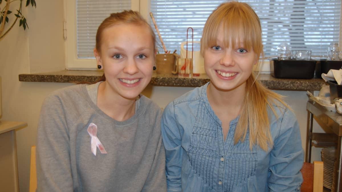 Yhdeksäsluokkalaiset Nelli Jääskeläinen ja Maija Viipuri