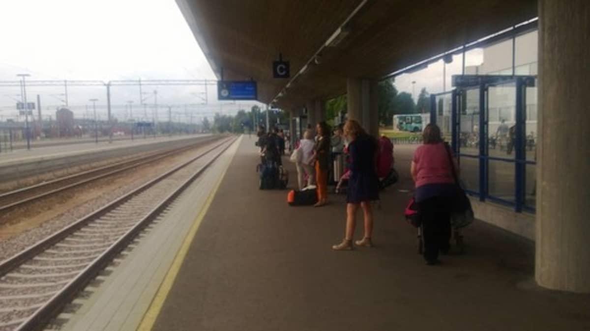 ihmisiä juna-asemalla