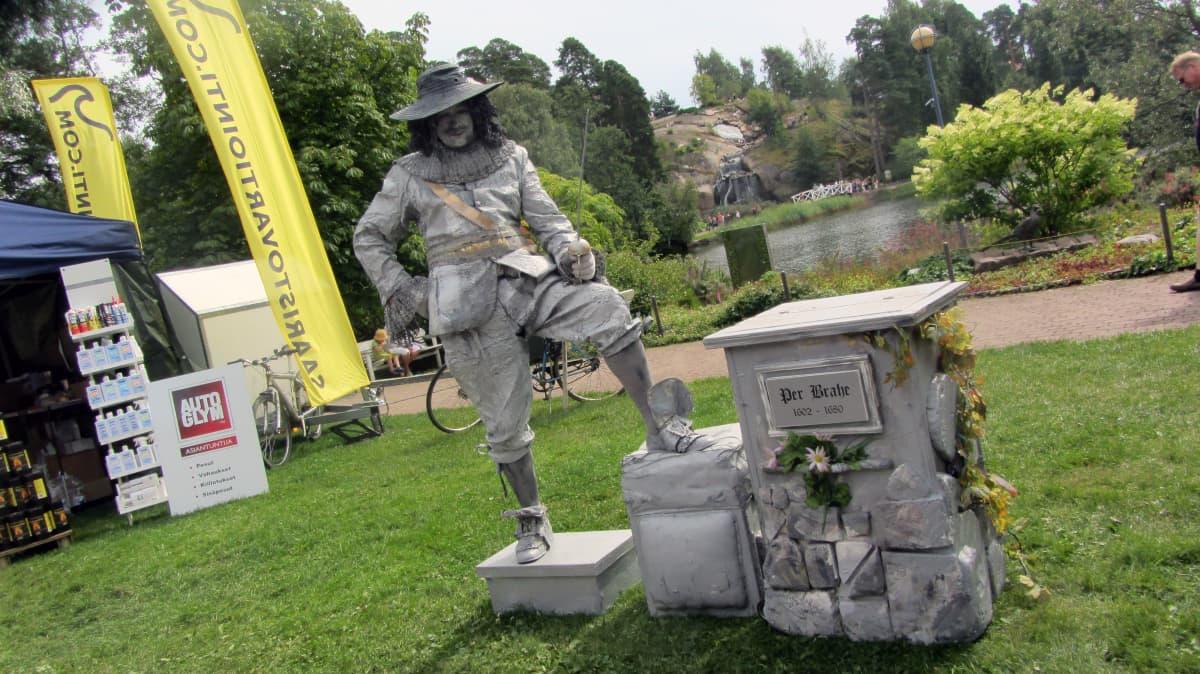 Pietari Brahe esittävä elävä patsas.