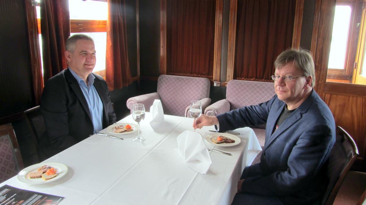Matti Karttunen ja Kai Nurmi istuvat Marskin salonkivaunussa.