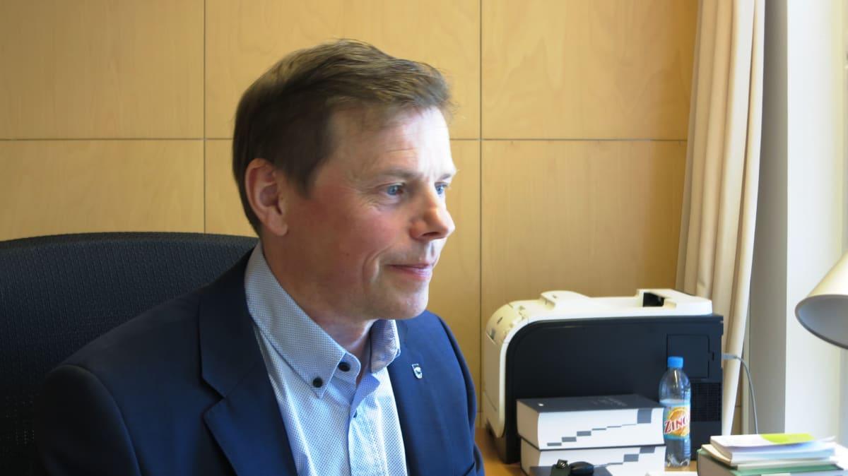 Kittilän vt. kunnanjohtaja Timo Kurula työpöytänsä ääressä