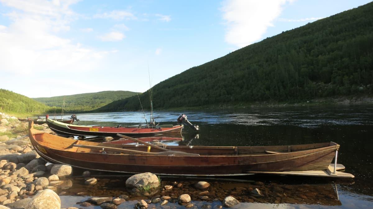 kalastusveneitä Tenojoella