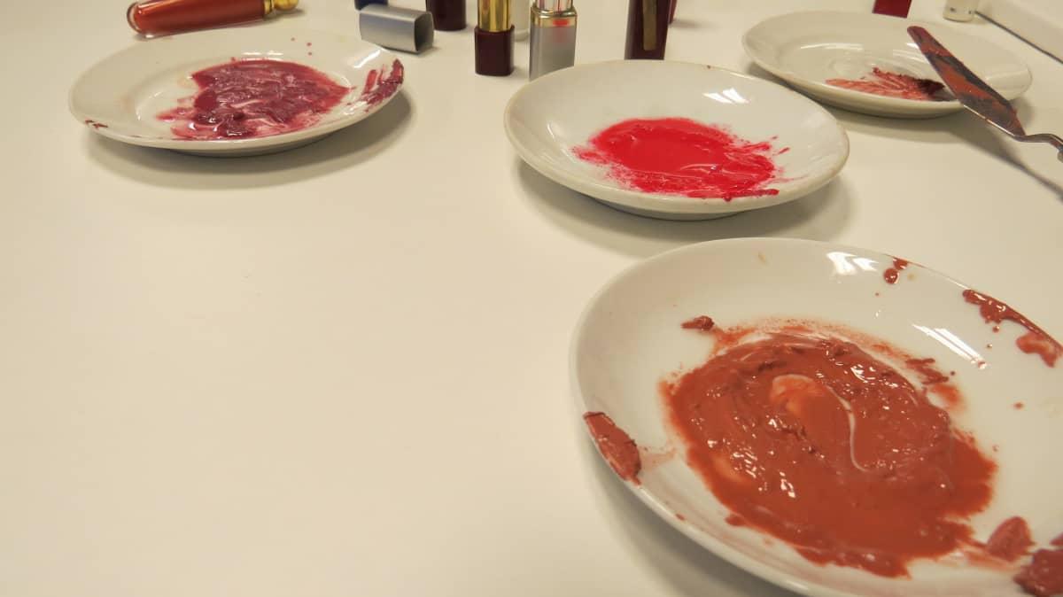Huulipunasta tehtyä maalia lautasilla.