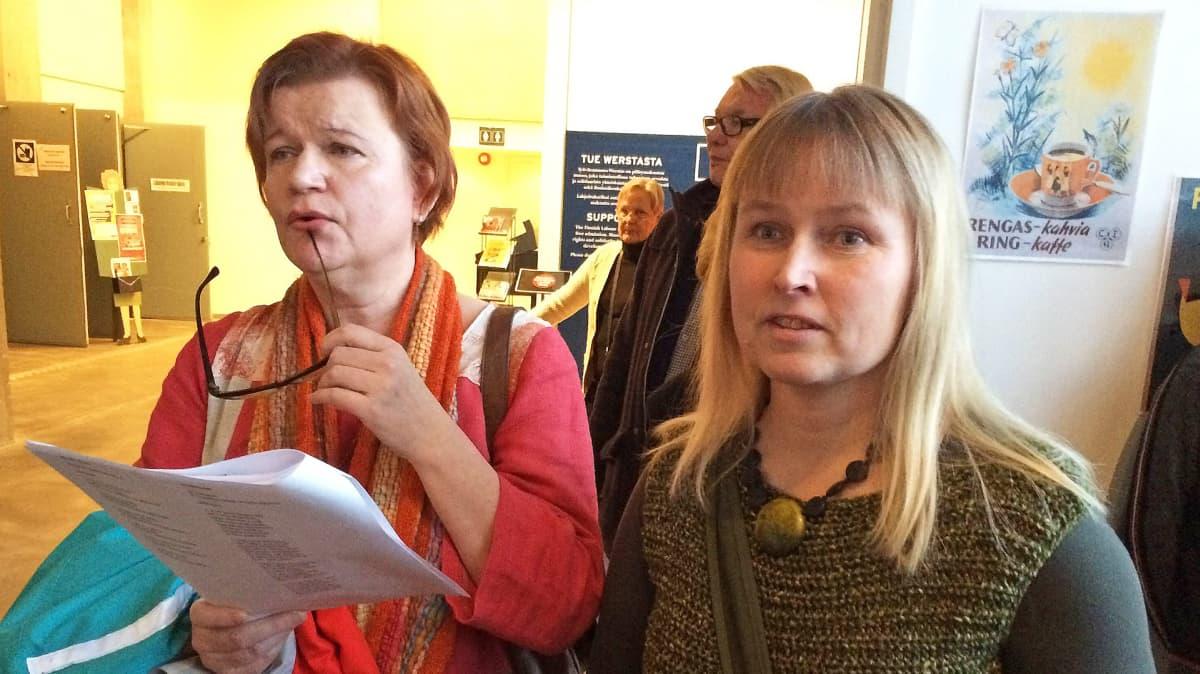 Irja Väänänen Leena Mielityinen Työväenmuseo Werstaalla laulamassa vanhoja koululauluja.