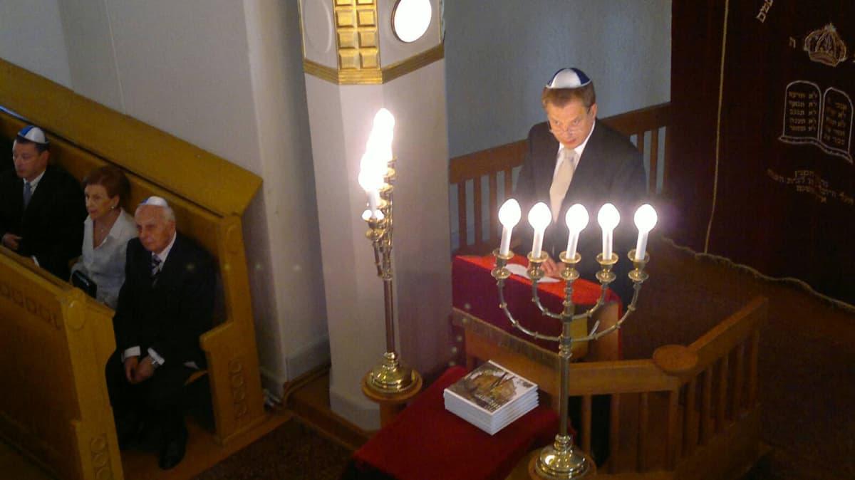 Presidentti Sauli Niinistö puhuu Turun juutalaisessa synagogassa.