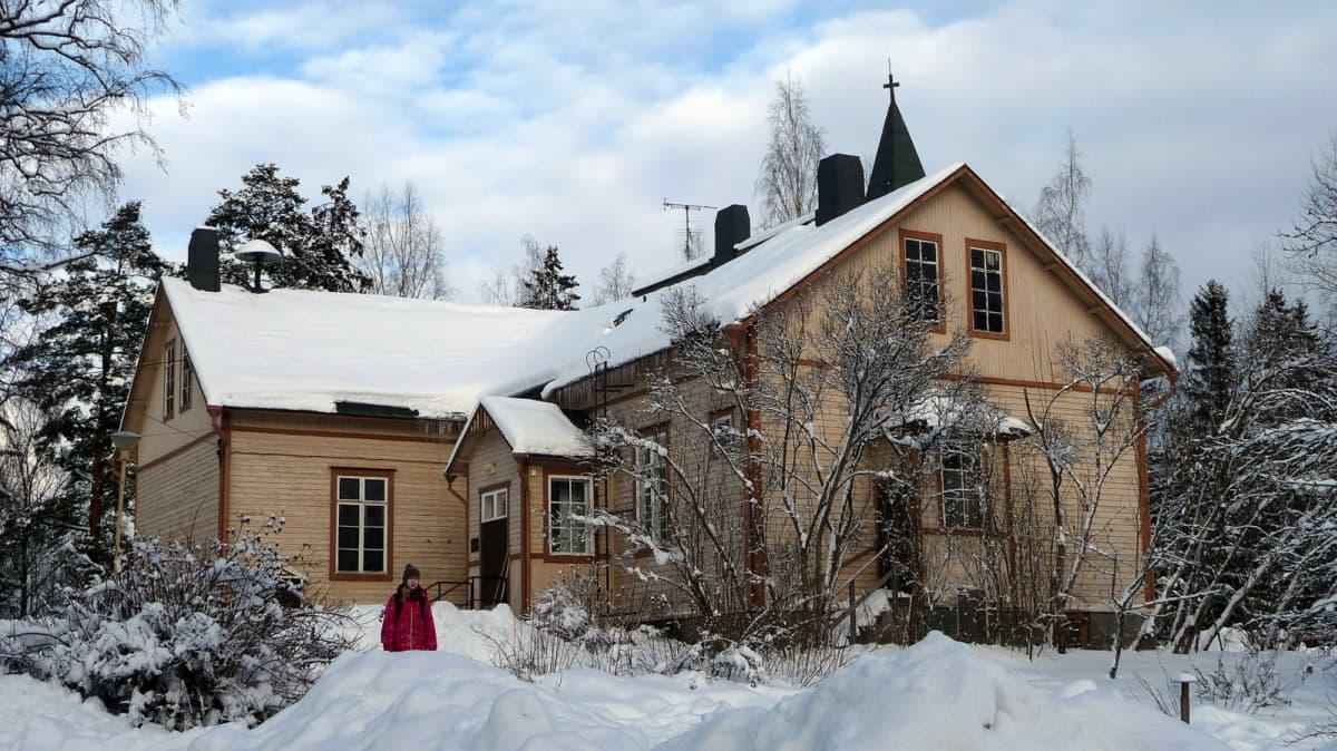Tyttö Jumesniemen kyläkoulun pihassa