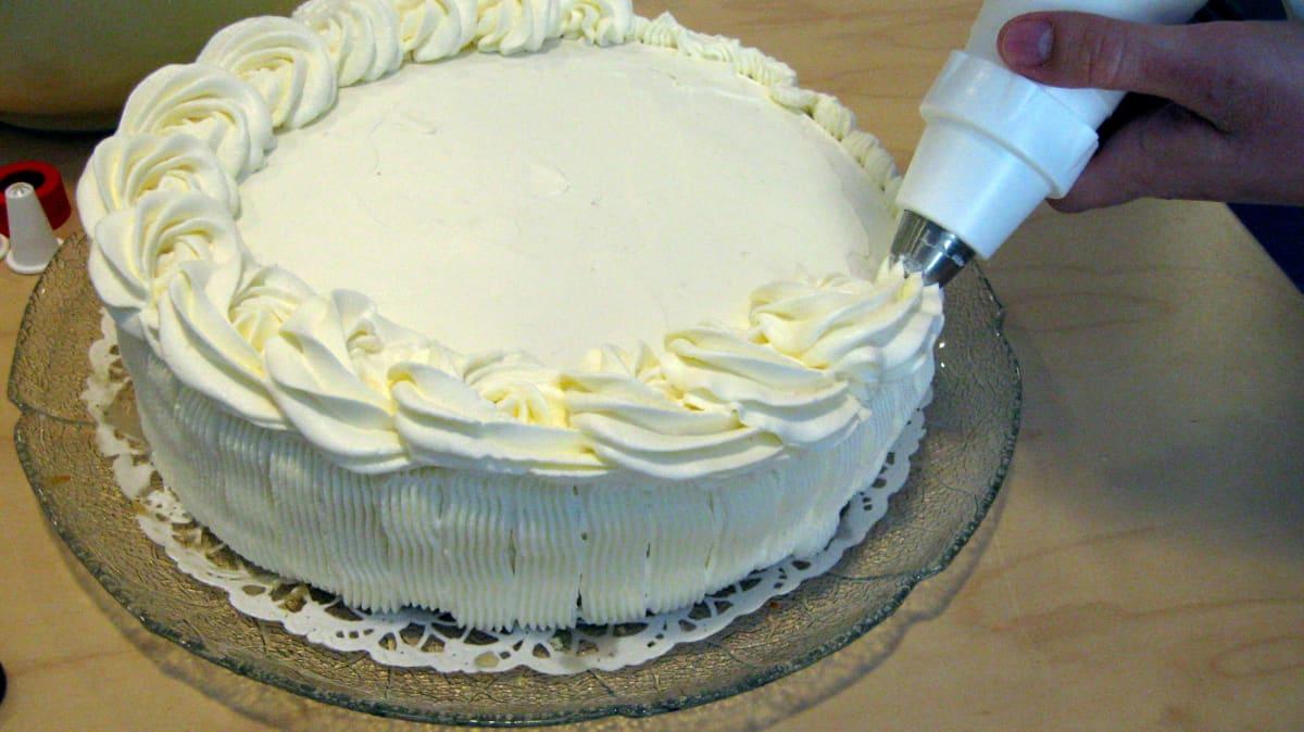 Kakun päälle pursotetaan kermaruusukkeita