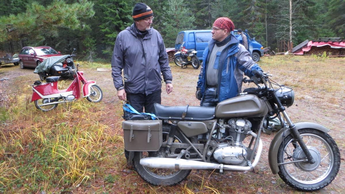 Arto Koponen ja Heikki Kokki sekä vuoden 1973 Condor. Taustalla myös Husqvarnan mopo ja motocross-pyörä sekä sivuvaunu MZ.
