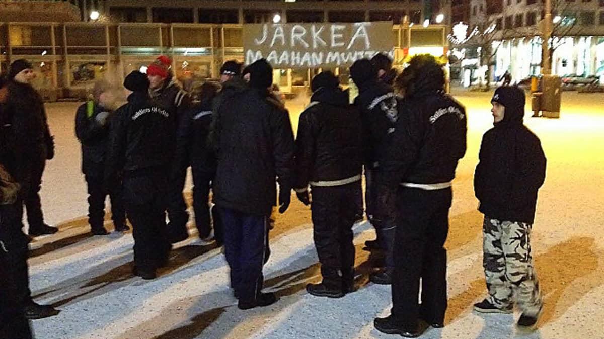 Soldiers of Odinin mielenosoitus Joensuun Kauppatorilla 8. tammikuuta 2016.