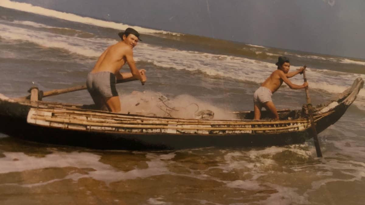 vietnamilaisia kalastusveneessä