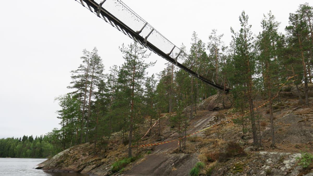 Lapinsalmen riippusilta Repoveden kansallispuistossa, sillan kannatinankkuri pettänyt
