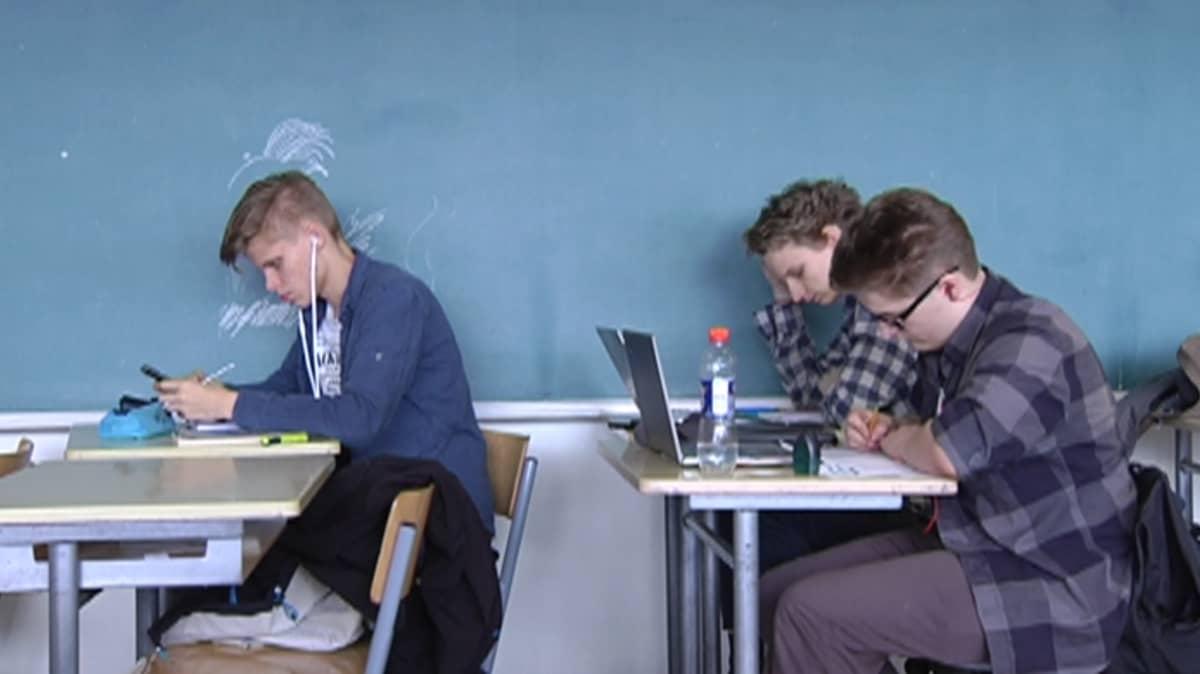 Oppilaita matematiikan tunnilla.