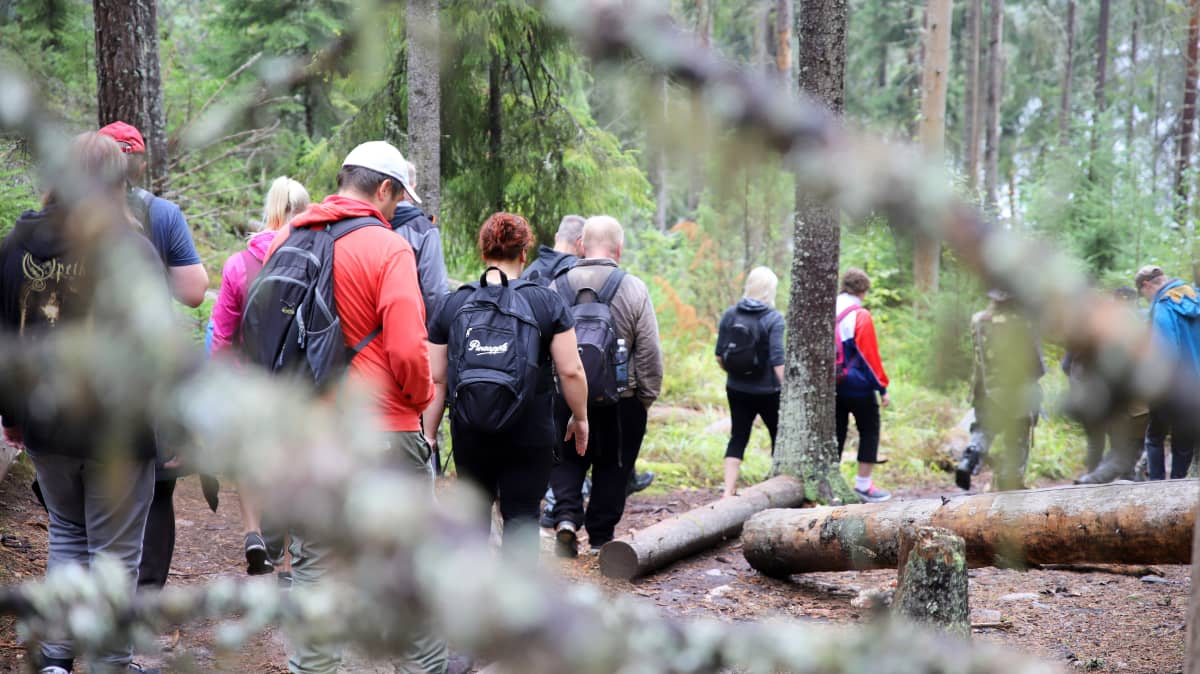 retkeilijöitä Repoveden kansallispuistossa, työttömille ja kuntouttavan työtoiminnan asiakkaille järjestetty virkistysretki
