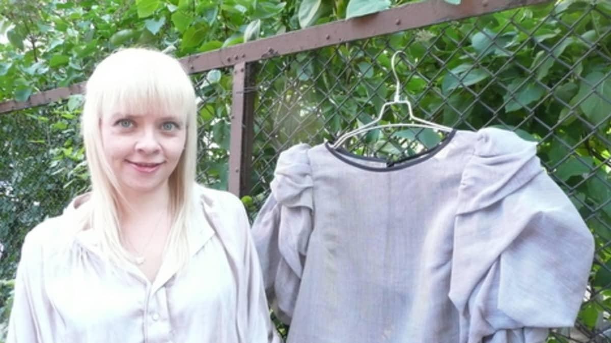Annika Rantala ja hänen suunnittelemansa paita.