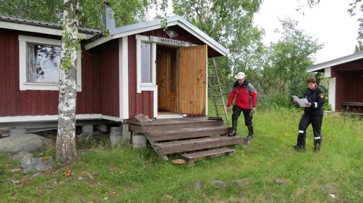 Riskienhallintapäällikkö Sanna Leiviskä tarkistaa metsähallituksen vuokratupaa Tornion Etukarissa.