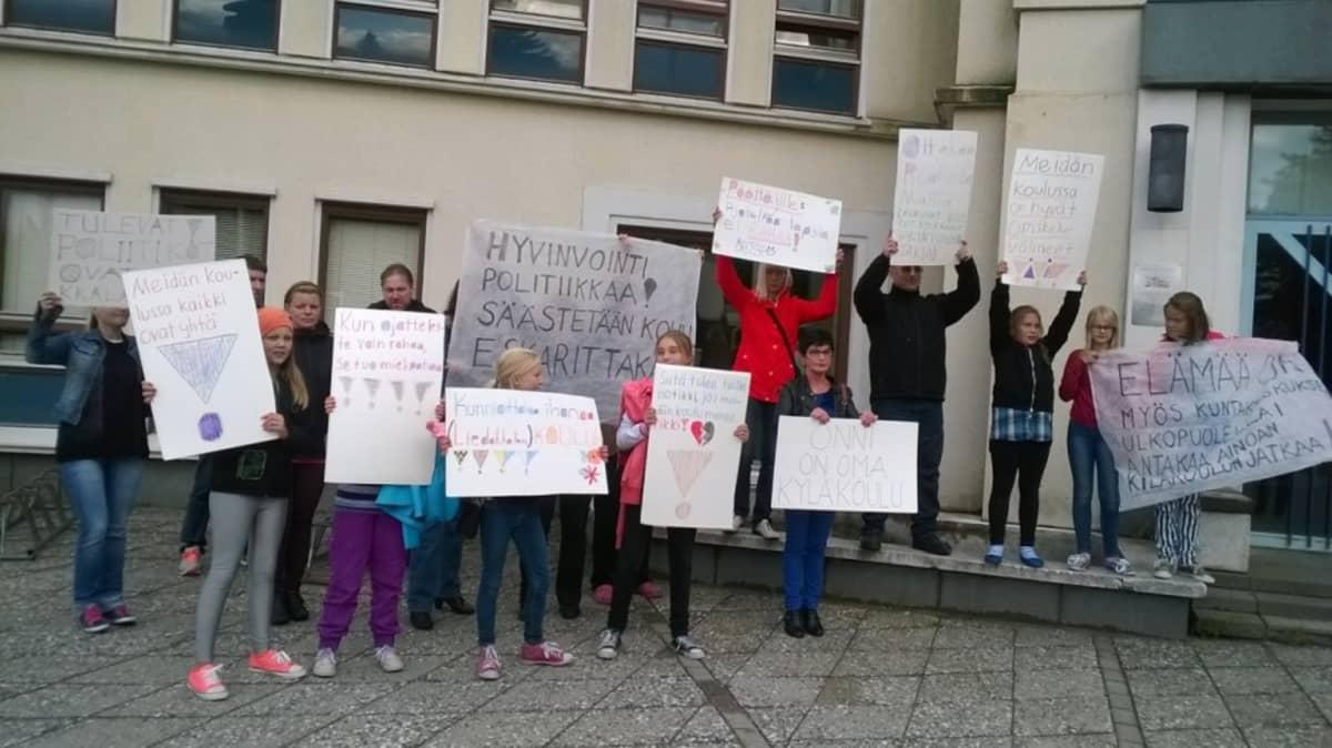 Koululaisia osoittamassa mieltä Liedakkalan koulun lakkauttamisesta.