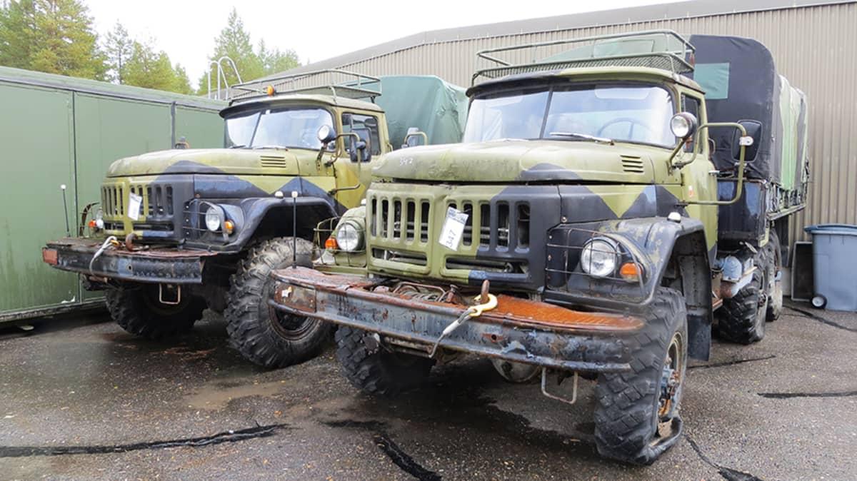 Autoja armeijan huutokaupassa.