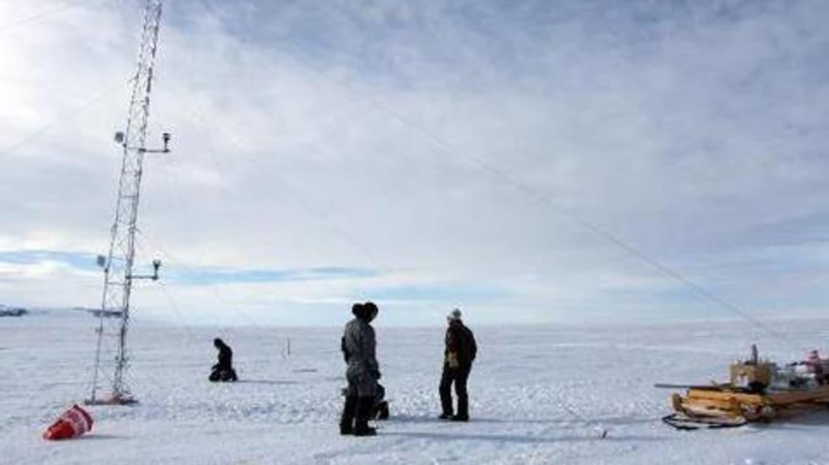 Miehiä pystyttämässä tutkimusmastoa jääaavikolla. Viime vuodenvaihteessa tehty FINNARP-tutkimusretki oli suomalaisille ensimmäinen askel biologisten tutkimusten  käynnistämiseksi Etelämantereella.Tulokset lisäävät  ymmärrystä myös oman luontomme kehityksestä.