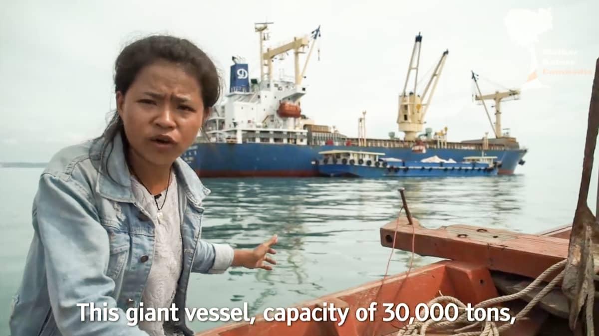 nainen ja taustalla laiva