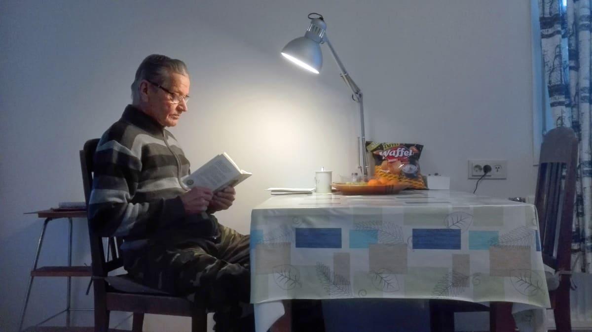Pekka Lehtinen lukee kirjaa