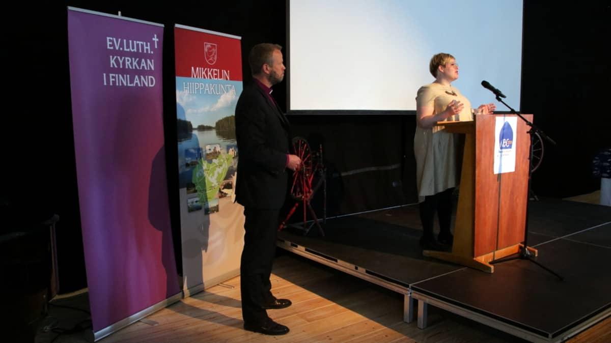 Ministeri Annika Saarikko puhuu Pohjoismaisessa piispainkokouksessa.