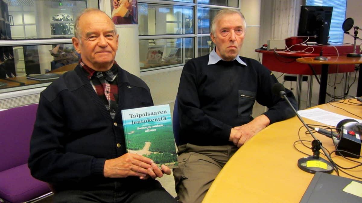 Pertti Halinen ja Erkki Heinilä esittelevät Taipalsaaren lentokenttä -kirjaa Etelä-Karjalan radion studiossa.