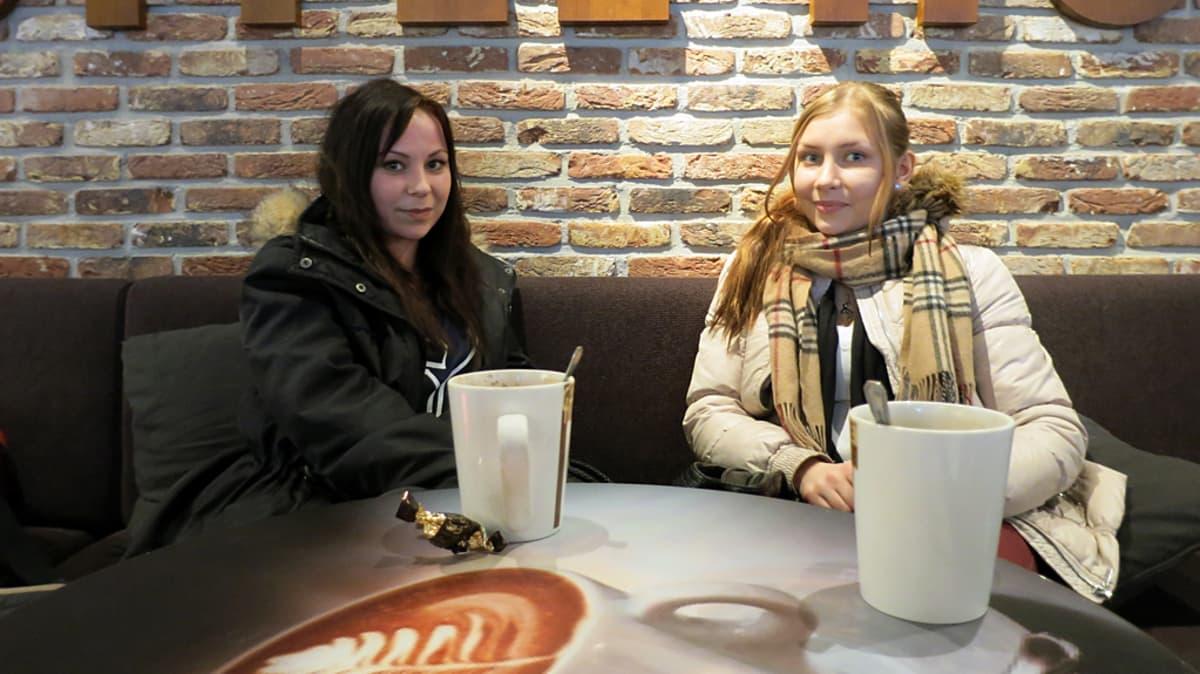 Lukiolaistytöt Paula Aarnio ja Marjaana Ojanperä