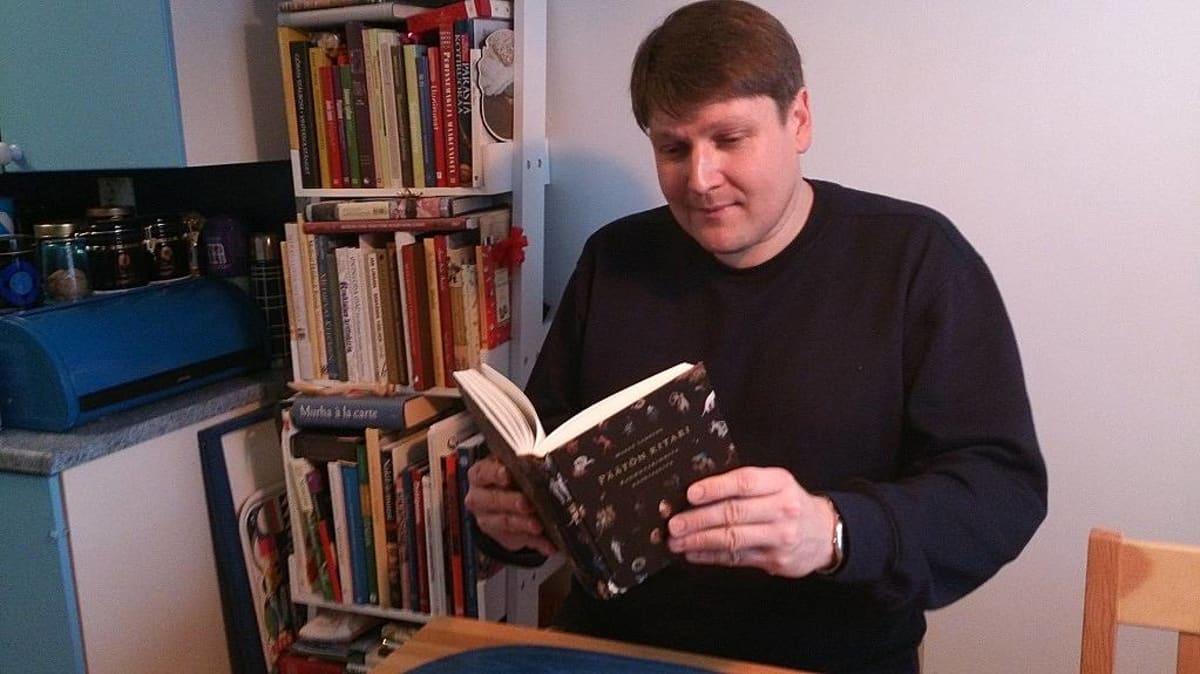 Marko Lamberg lukee kirjaa