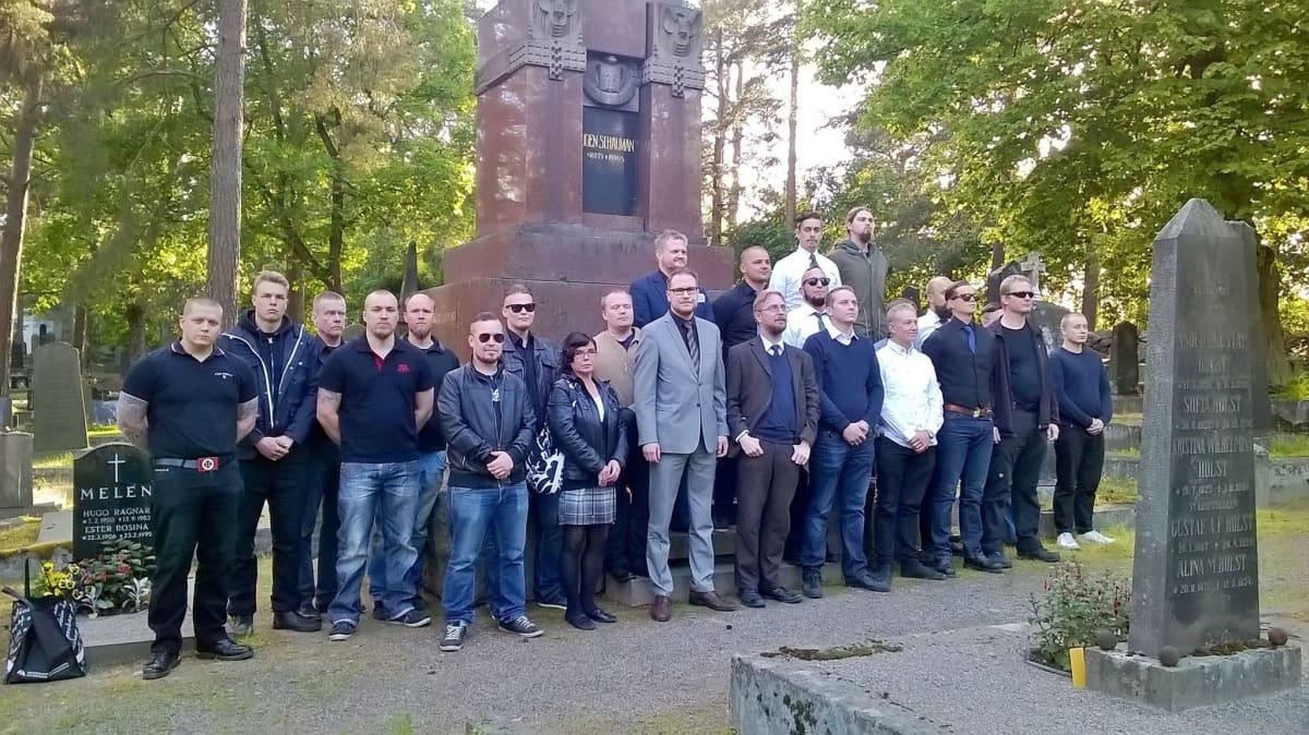Ryhmä ihmisiä ja kansanedustaja Olli Immonen Eugen Schaumanin haudalla.