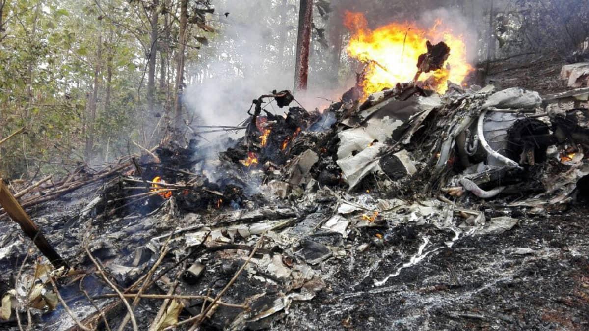 Pienkoneturma Costa Ricassa, kuvassa koneen palasia ja tulta.