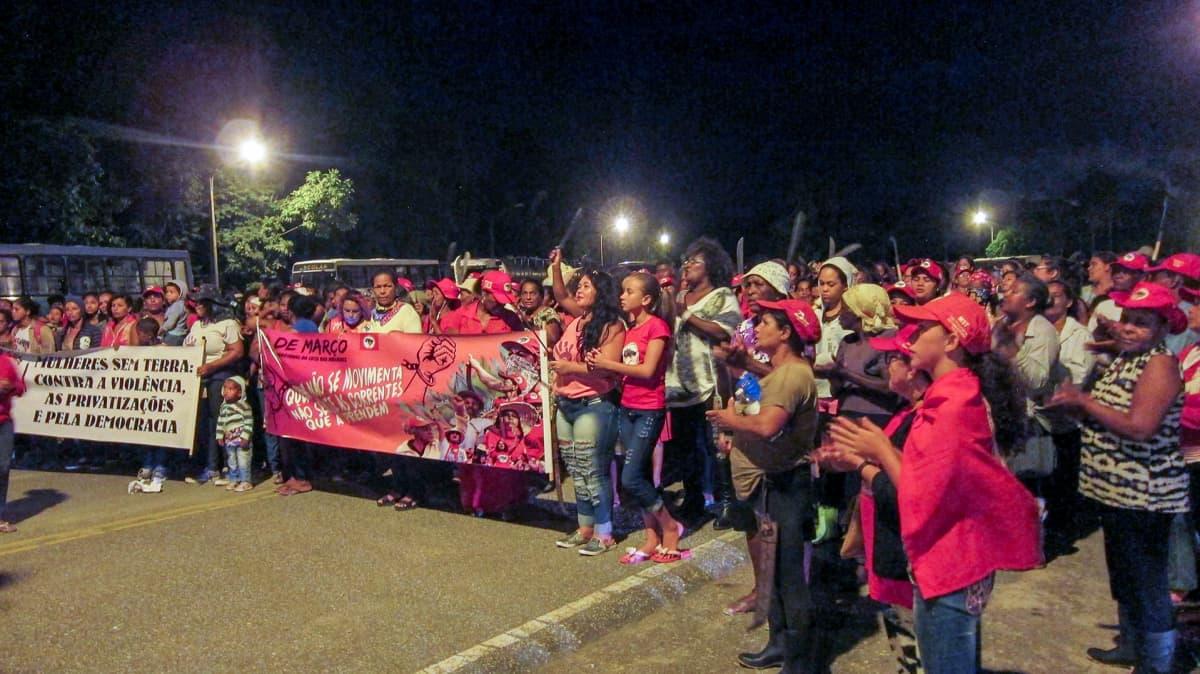 mielenosoittajia ja kaksi banderollia