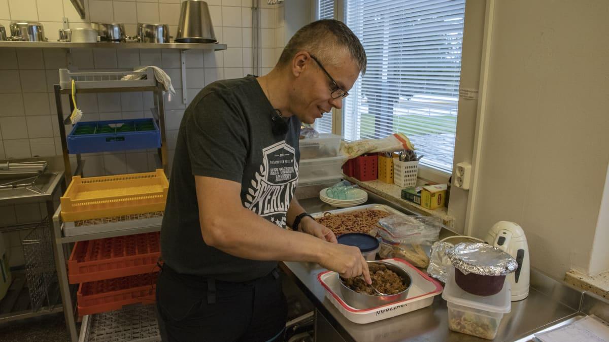 Nuoriso-ohjaaja Jani Leinonen hämmentää maksalaatikkoa Kontiomäen koulun keittiössä.