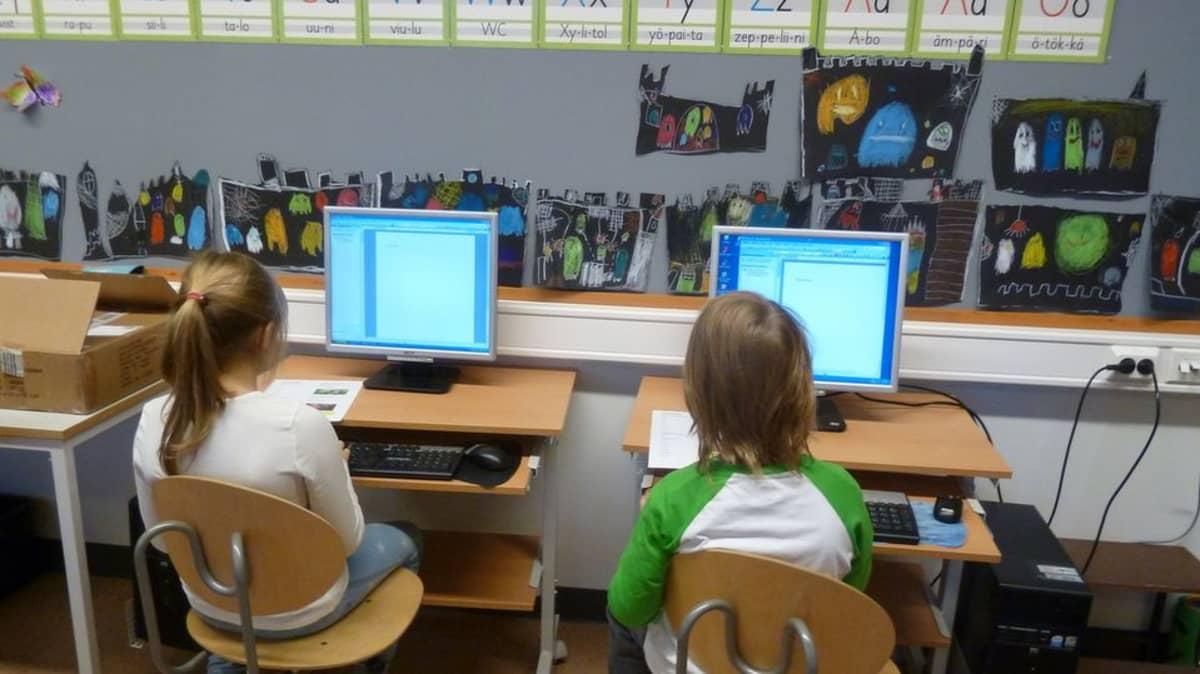 Ekaluokkalaiset opettelevat kymmensormijärjestelmää