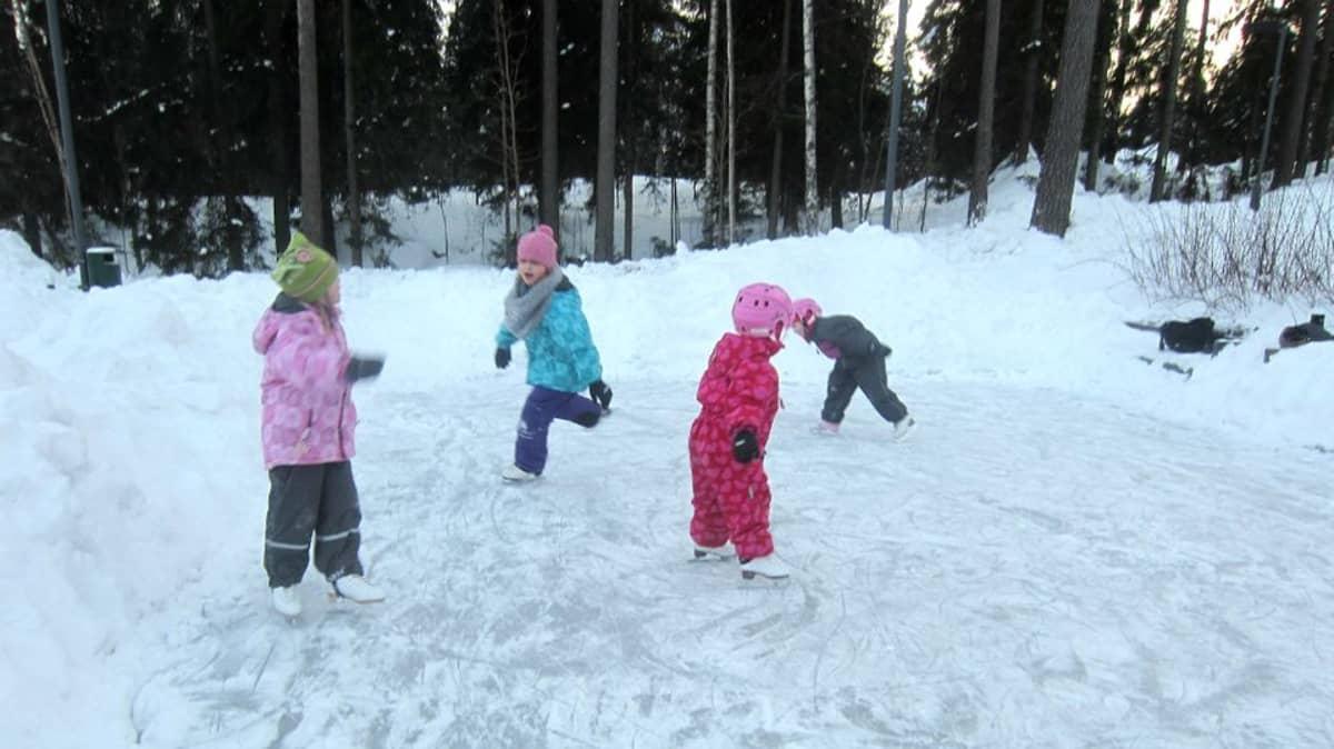 Kilterinmäen asukkaat ovat jäädyttäneet tämän kentän kolmena talvena lasten iloksi. Kaupunki aikoi kieltää kentän turvallisuussyistä.