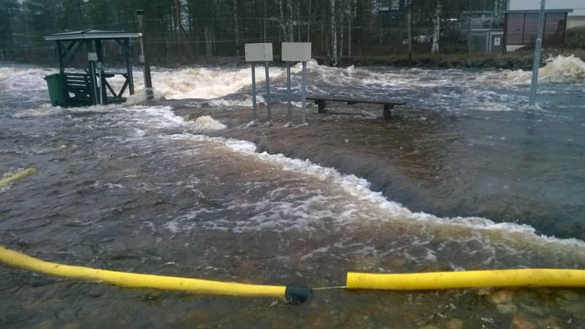 Iijoen Taivalkosken voimalaitoksen kohdalla vesi tulvii yli äyräiden