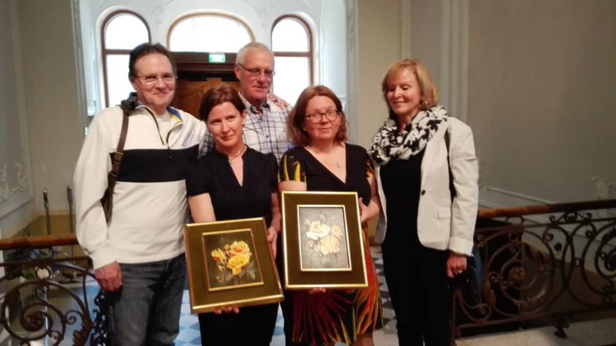 Debbie, John ja Tim de Nottbeck lahjoittivat Alfred von Nottbeckin tekemät taulut Tampereen kaupungille.