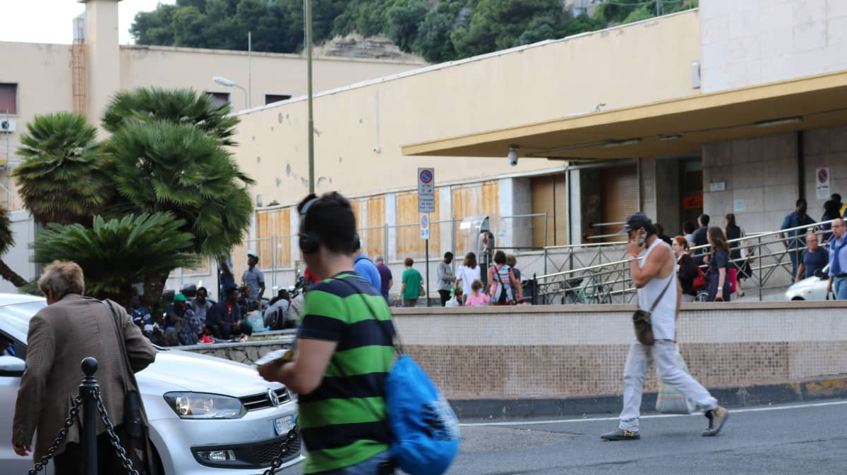 Ventimiglian asemalla odottavat siirtolaiset sekoittuvat matkailijoihin ja paikallisiin.