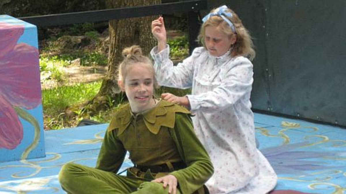 Emppu Jurvanen (Peter Pan) ja Ira Hänninen (Wendy) varjonompelupuuhissa