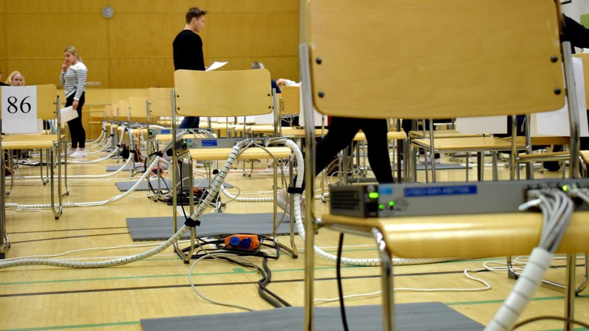 Sähköisiä ylioppilaskirjoituksia harjoitellaan Porin lyseon lukiossa.