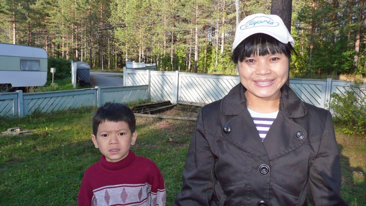 Poen perhe viihtyy Muurolassa, äiti ja poika ulkoilevat