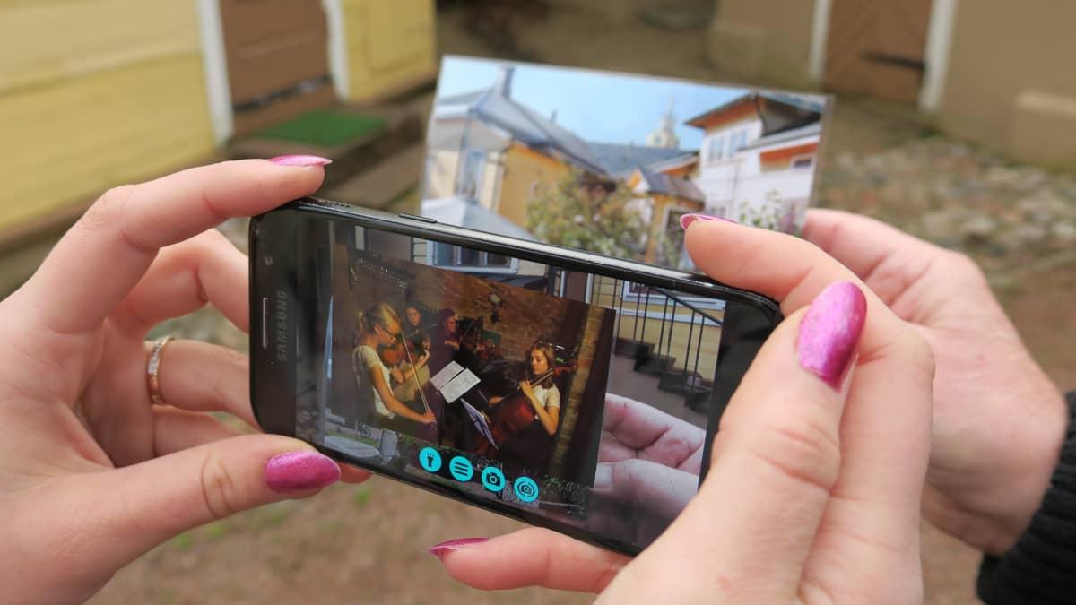 Hamina Tattoossa pääsi tutustumaan mobiilisovelluksella virtuaalisesti vanhojen talojen sisätiloihin.