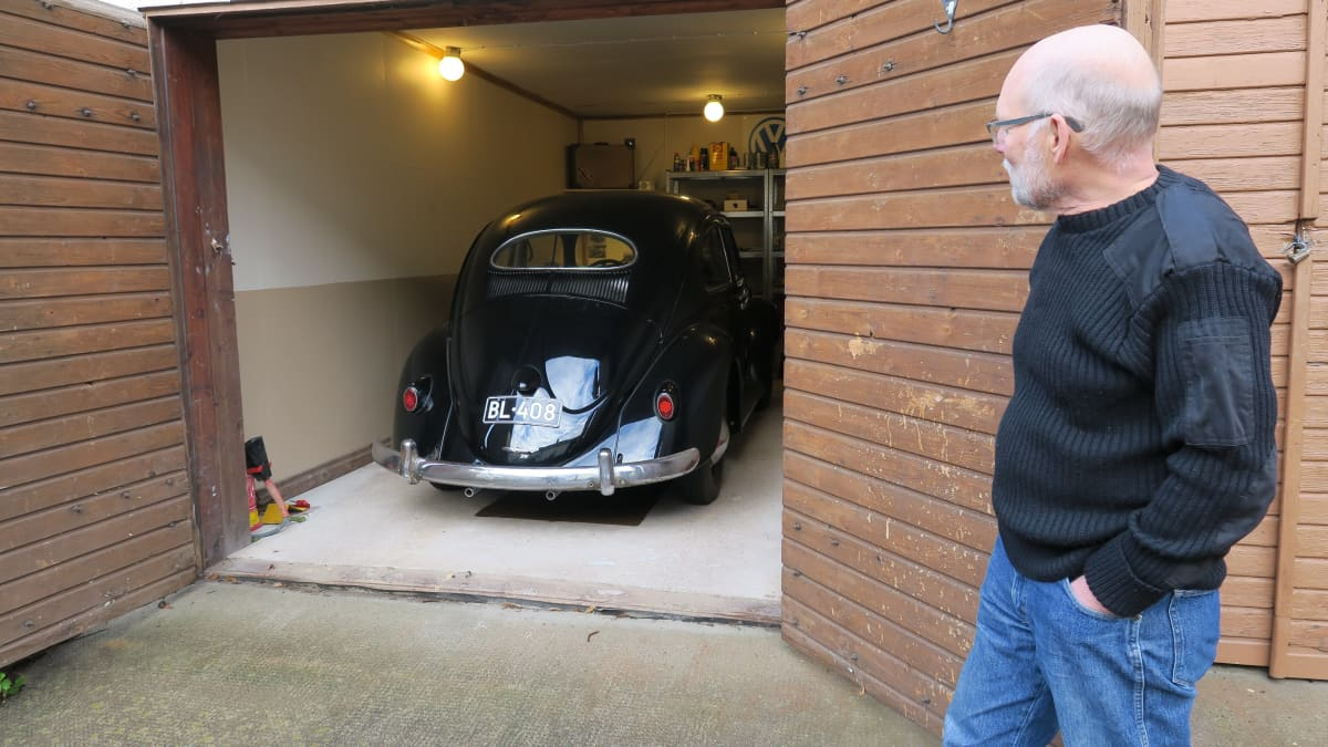 Matti Parpola esittelee harrasteautoaan.