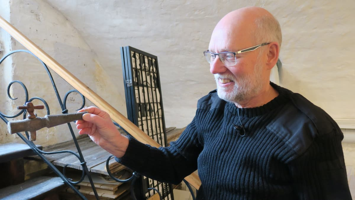 Matti Parpola esittelee löytämäänsä viinitynnyrin korkkia.