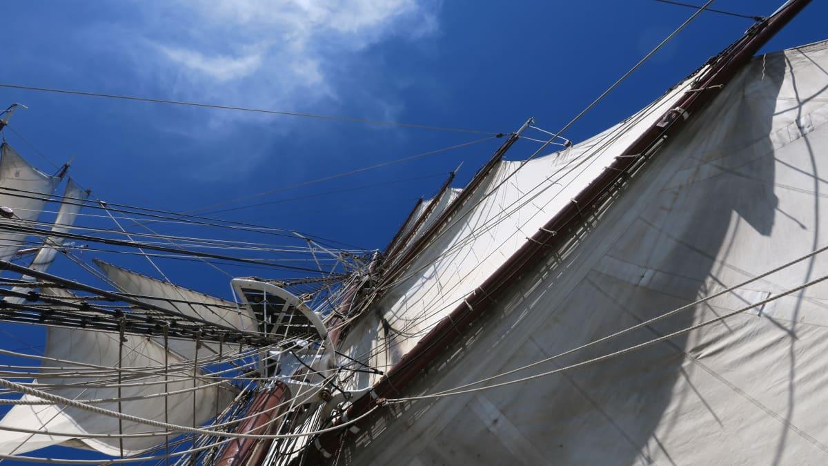 Ylhäällä tuuli on voimakas. Sen vuoksi purjeet on asetettu eri kulmiin
