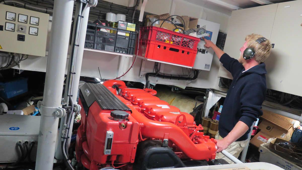 Jakob tarkistamassa Morgensterin moottoria. Moottori on 460 hevosvoimainen ruotsalaisvalmisteinen Scania