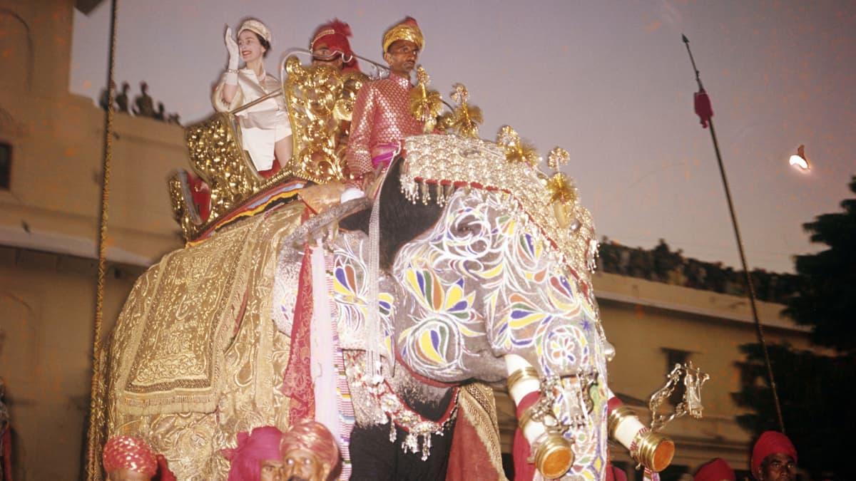 Elisabet ratsastaa norsulla.