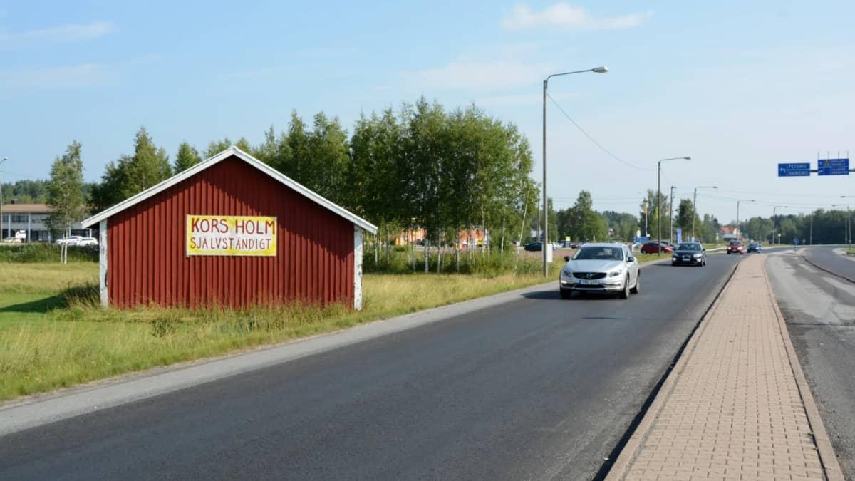 Korsholm självständigt -kyltti ladon seinässä.