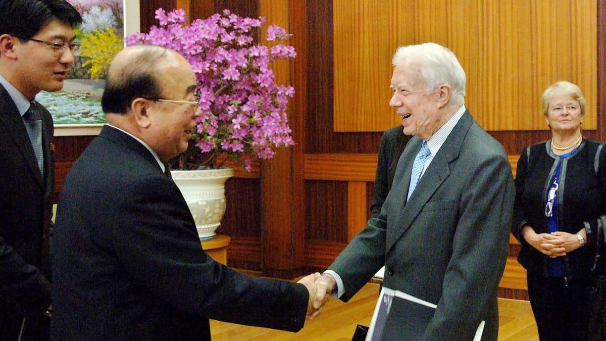 Yhdysvaltain entinen presidentti Jimmy Carter tervehtii  Pohjois-Korean ulkoministeri Pak Ui-chunia Pjongjangissa Pohjois-Koreassa huhtikuussa 2011.