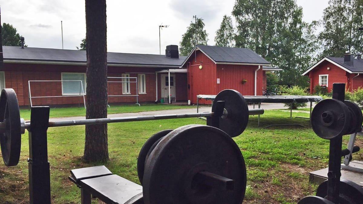 Perhekoti Metsolan pihapiirissä oli sunnuntaina hiljaista lauantain surman jälkeen.