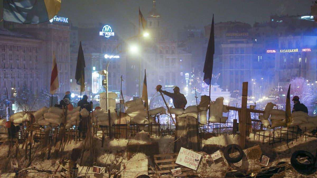 Mielenosoittajat rakensivat barrikadeja Kiovan keskustassa 11. joulukuuta 2013.